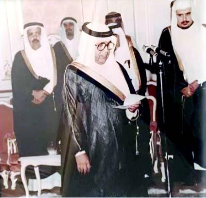 يؤدي القسم بعد تسميته وزيراً للتجارة عام 1975.