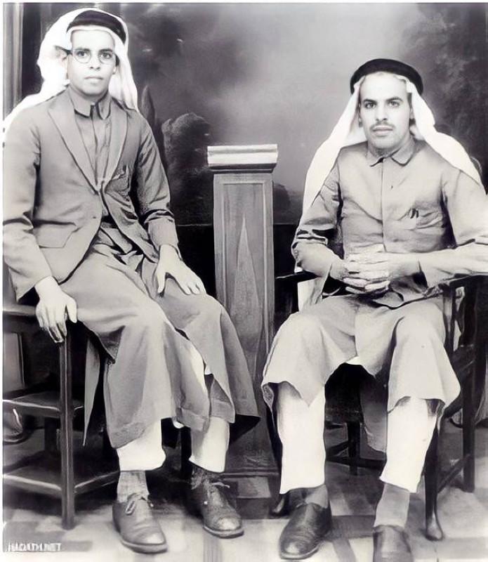 صالح وعبداللطيف علي الشايع في بمبي عام 1935 باللباس الهندي مع الغترة والعقال.
