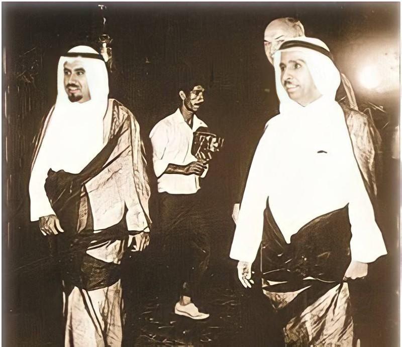 الشايع مع أمير الكويت الأسبق الشيخ جابر الأحمد الصباح.