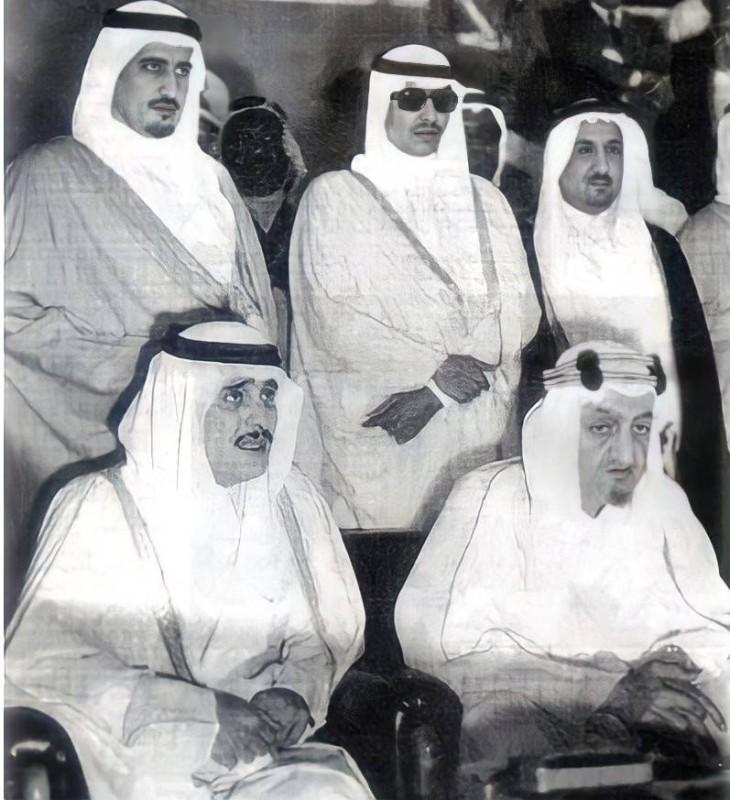 أبا الخيل (الأول من اليمين) يقف خلف الفيصل والأمير فيصل بن فهد في نهائي كأس الملك لكرة القدم.