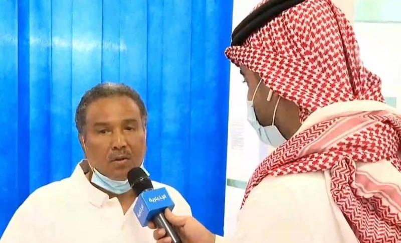 محمد عبده أثناء اللقاء في مركز اللقاحات بجدة