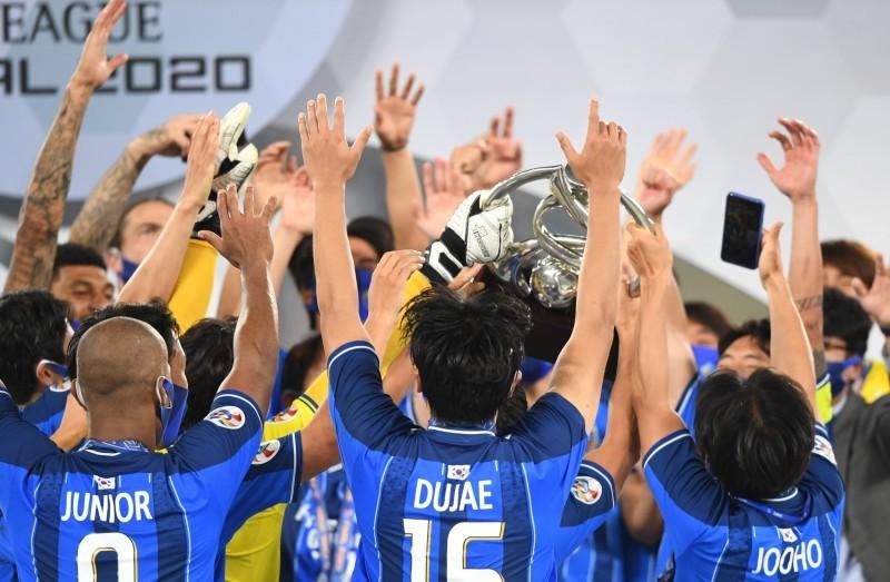 لحظة تتويج فريق أولسان الكوري بكأس دوري أبطال آسيا.
