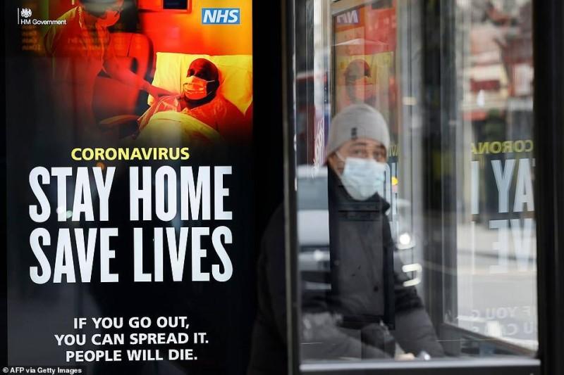 الملصق التحذيري المخيف في أحد شوارع لندن أمس.