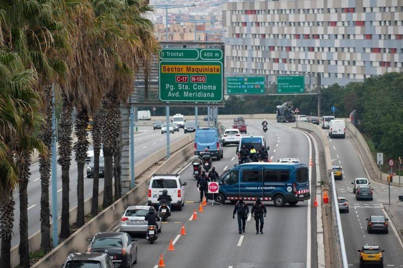 الشرطة الإسبانية تغلق المرور في شوارع برشلونة.