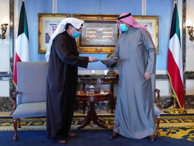 رئيس الحكومة صباح خالد الحمد يستقبل وزير الدفاع حمد الصباح الذي سلمه استقالة الحكومة أمس.