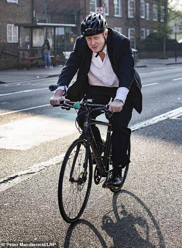 جونسون يبدد همومه بقيادة دراجته الهوائية.