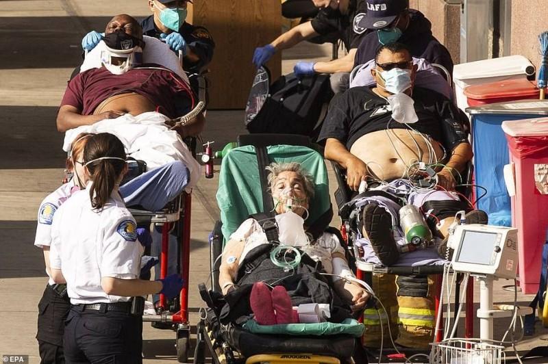 مرضى ينتظرون خارج مستشفى أمريكي لم يعد فيه مكان لاستقبالهم.