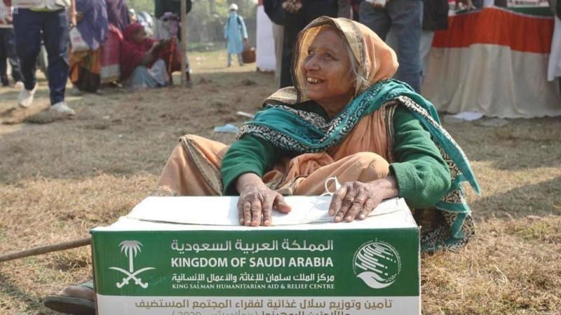 مركز الملك سلمان للإغاثة يواصل توزيع السلال الغذائية للاجئين الروهينجا في بنجلاديش والمجتمع المستضيف لهم.