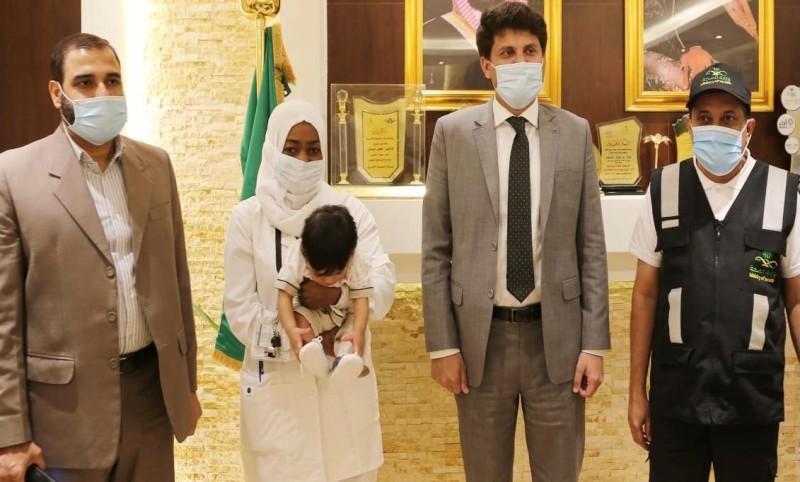 الطفل الباكستاني أثناء تسليمه للقنصلية الباكستانية.