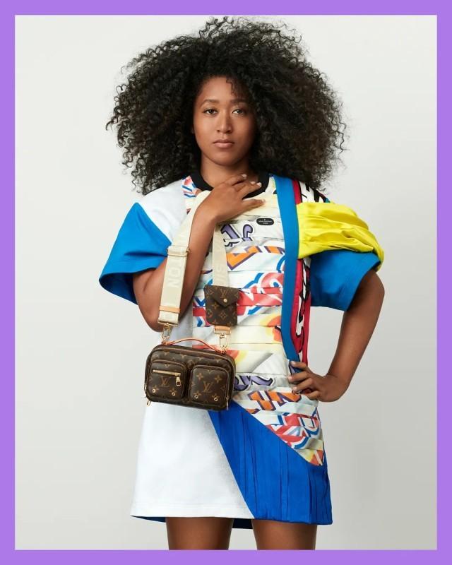 اختارت أوساكا فستان ميني يمتلك طابعا رياضيا متصلا بالتنس.