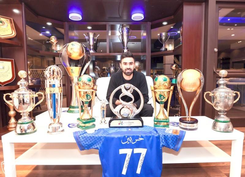 عمر خربين مع البطولات التي حققها بشعار نادي الهلال. (عكاظ)