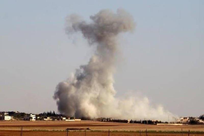 الدخان يتصاعد إثر الغارات الروسية على «داعش» في البادية السورية.