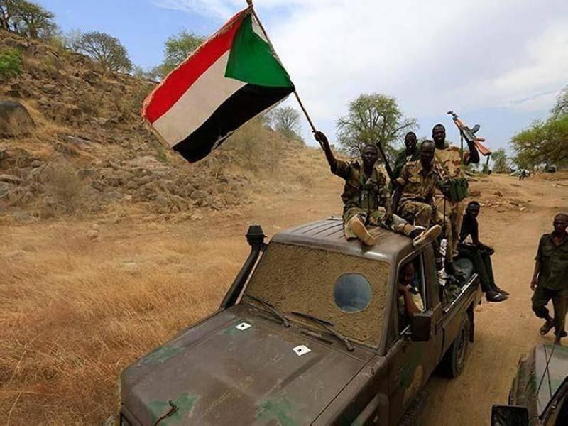 دورية سودانية ترفع العلم الوطني خلال مراقبة الحدود مع إثيوبيا.
