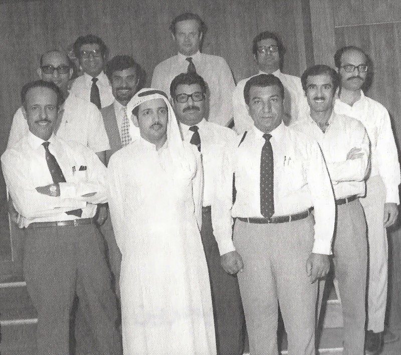 حمد في أعلى وسط الصورة ضمن لجنة الإعداد لاحتفالات العيد الوطني الأول عام 1972.