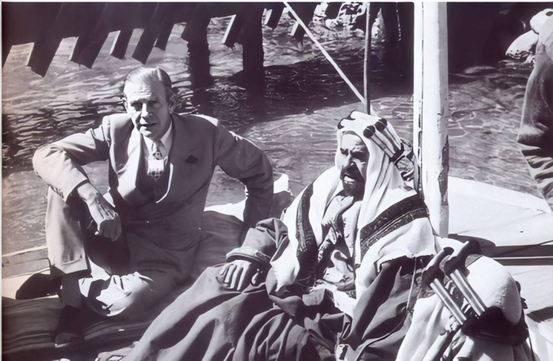 حمد بلغريف (الأب) مع الشيخ سلمان على ظهر سفينة تقليدية.