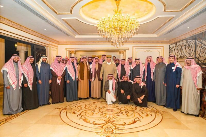 الأمير منصور بن ناصر متوسطا الأمراء في الحفل.
