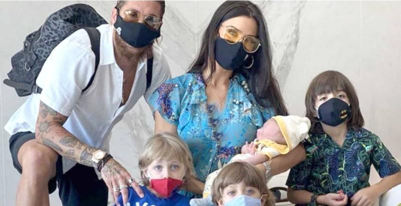 راموس وزوجته وأطفاله في لقطة عائلية.