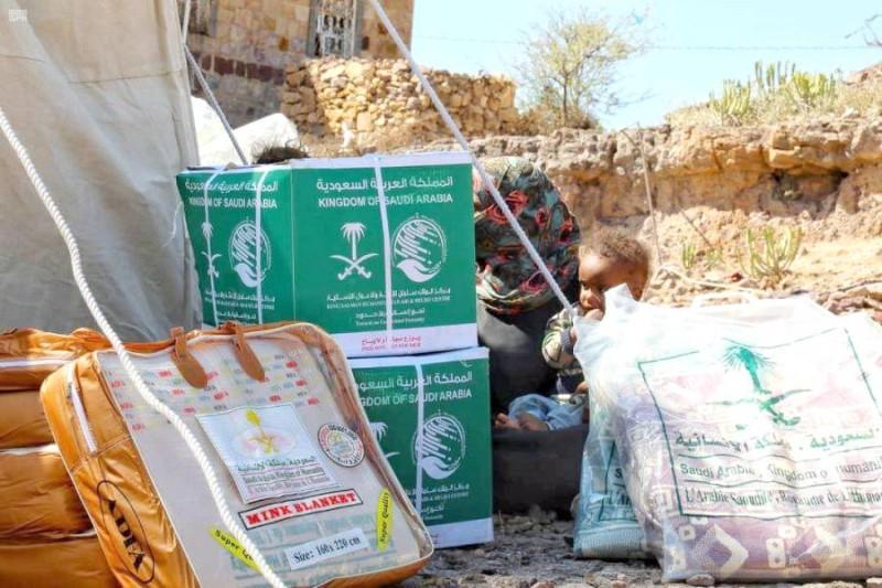 مركز الملك سلمان للإغاثة يوزع مواد إيوائية في مديرية التربة بتعز