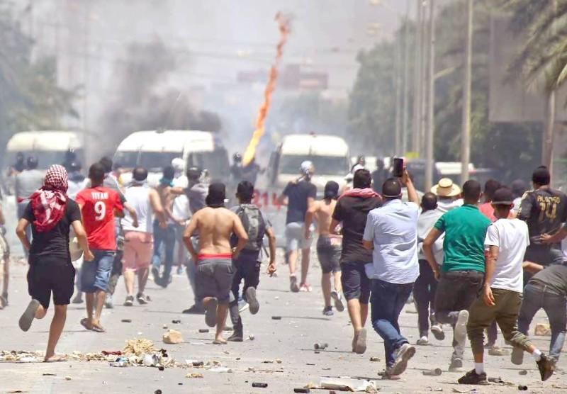 تونسيون يتظاهرون في احتجاجات سابقة.