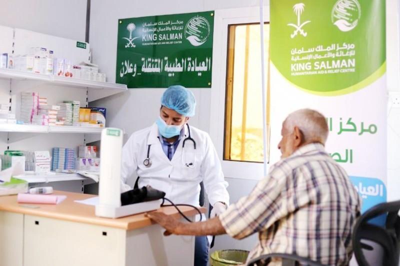 العيادات الطبية المتنقلة للمركز في مخيم وعلان للنازحين تواصل تقديم خدماتها العلاجية. (واس)