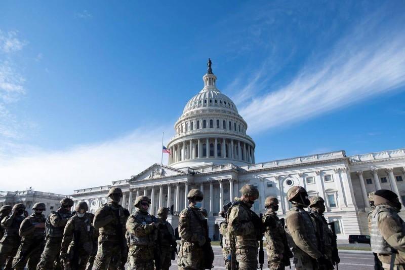 عناصر الحرس الوطني أمام مبنى الكابيتول.