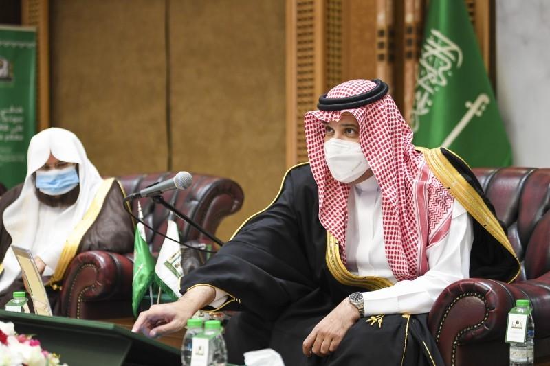الأمير فيصل بن سلمان خلال التدشين.