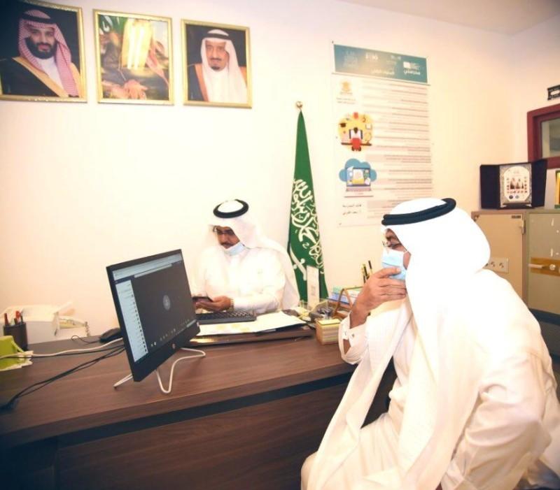 مدير تعليم مكة يشارك الطلاب في حصة تفاعلية.