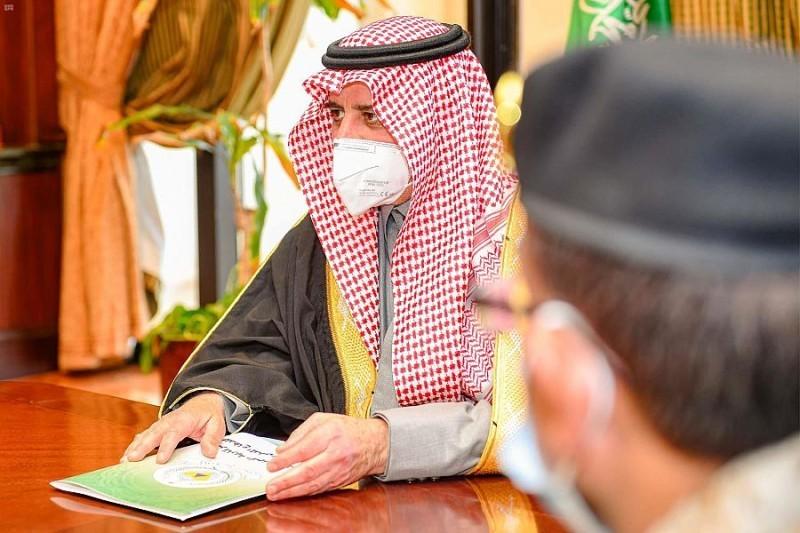 أمير تبوك خلال ترؤسه الاجتماع.