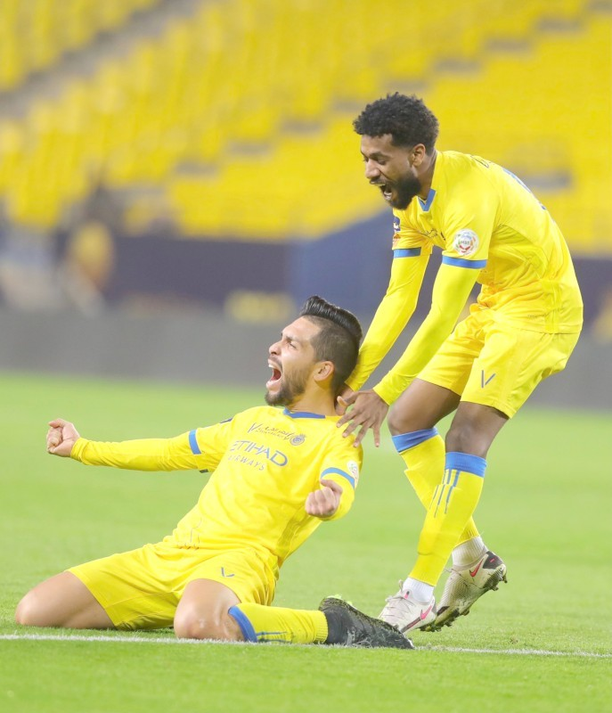 لاعب النصر بتروس يعبر عن فرحته بطريقته الخاصة بعد تسجيله في مرمى الوحدة. (عكاظ)