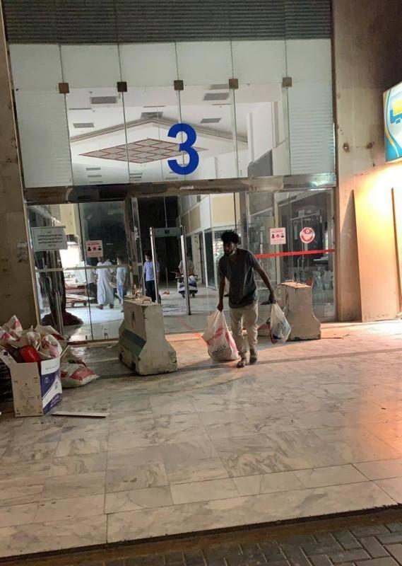 عاملون يتجهزون لفتح المحلات.