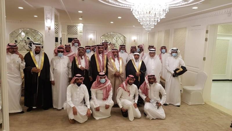 العريس محاطا بأقاربه في الحفل.