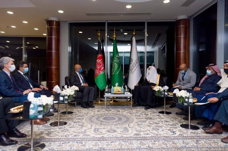 العيسى مستقبلاً وزير خارجية أفغانستان محمد حنيف أتمر.