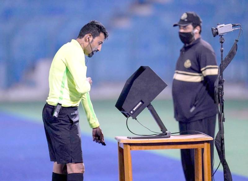 الحكم خالد الصلوي يراجع تقنية الفار في مباراة سابقة. (عكاظ)