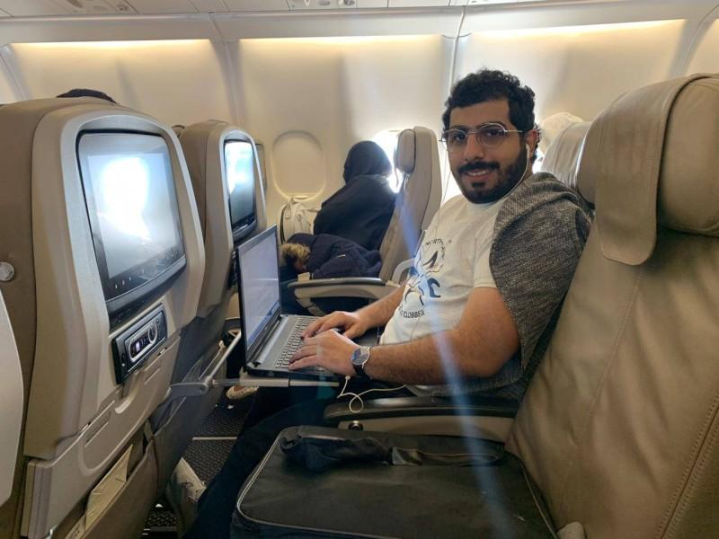 الزميل عبدالله الجريدان خلال إعداده جزءا من التحقيق في الجو.