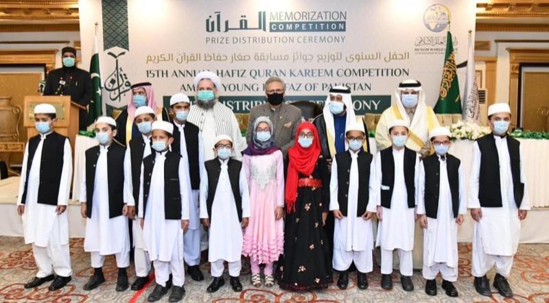 صورة تذكارية للفائزين مع الرئيس الباكستاني.