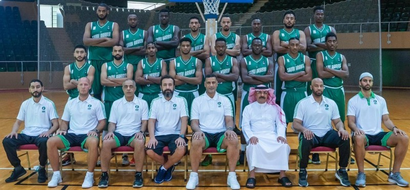 منتخب السلة في صورة جماعية.