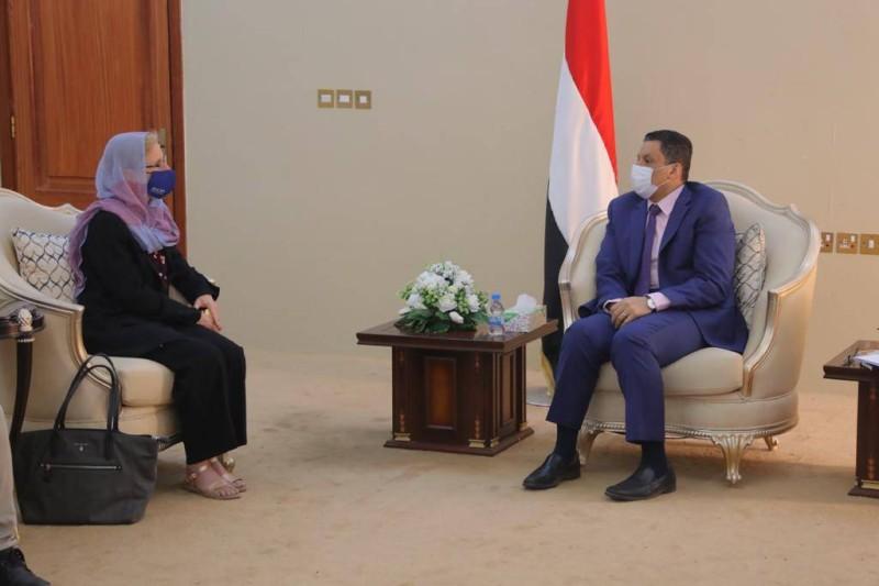 وزير الخارجية اليمني أثناء لقاء مع المسؤولة الأممية في عدن اليوم.