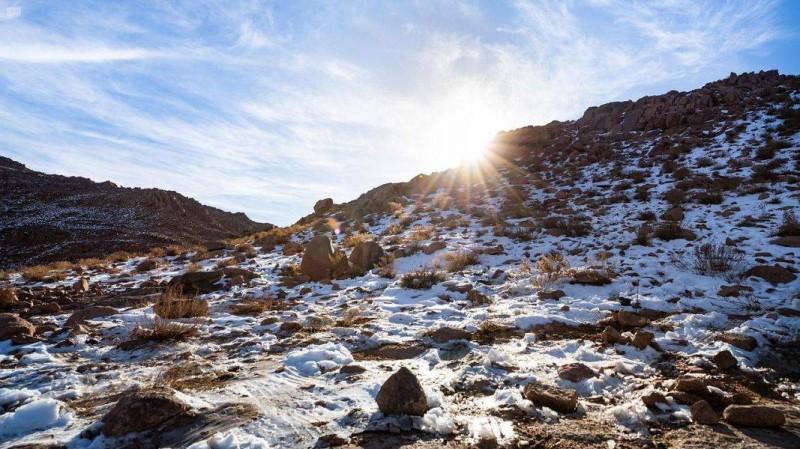 الثلوج تكسو جبل اللوز (واس)