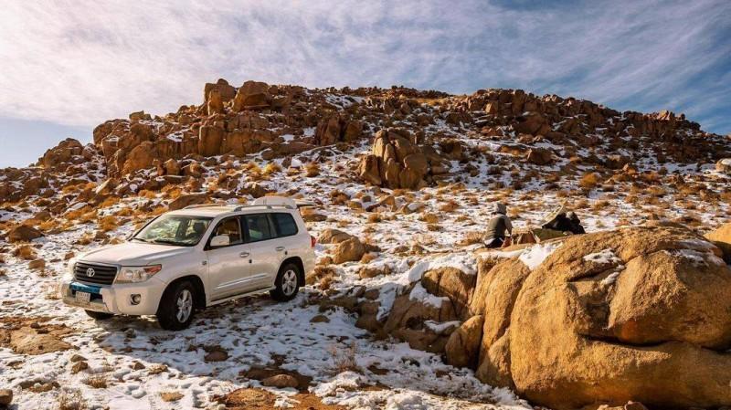 مواطنون يستمتعون بأجواء الشتاء في جبل اللوز (واس)