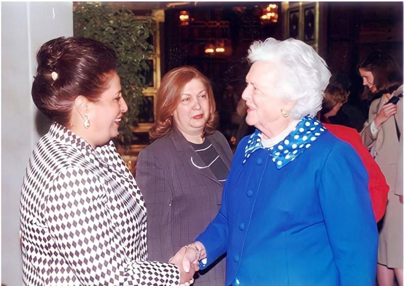 سعاد الحميضي مرحبة بزوجة الرئيس الأمريكي السابق باربرا بوش في الكويت.