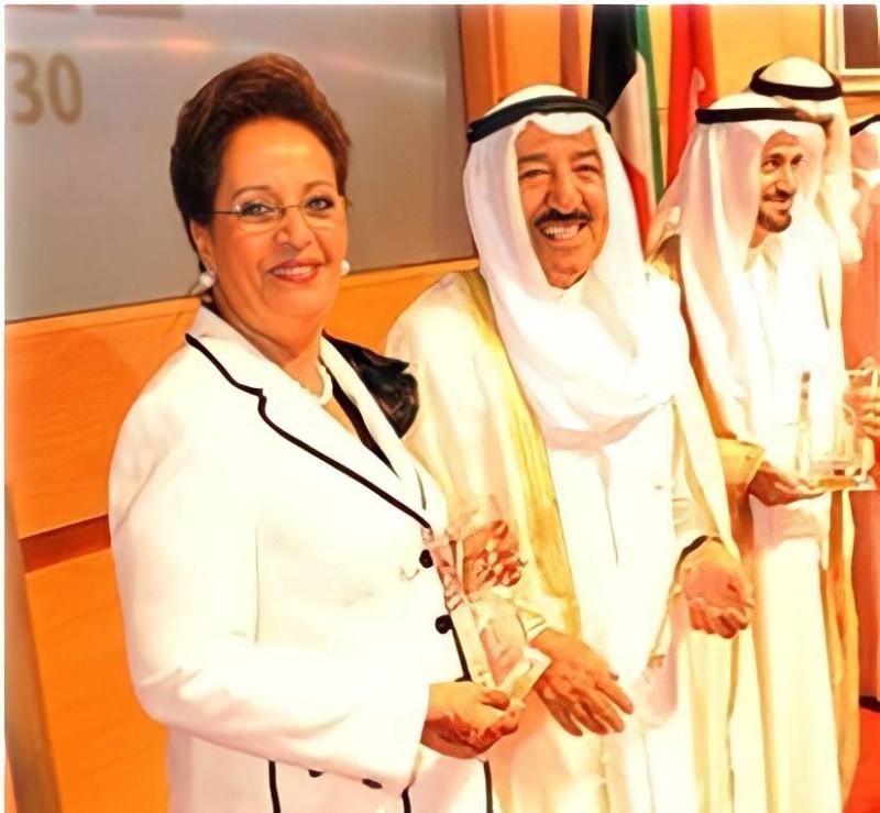 سعاد الحميضي في لقطة مع الأمير الراحل الشيخ صباح الأحمد الجابر.