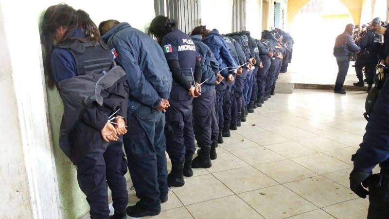 شرطيون في قبضة الشرطة.
