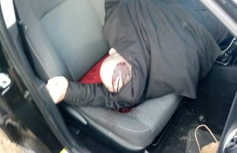 لقمان سليم غارقا في دمائه داخل سيارته (وكالات)