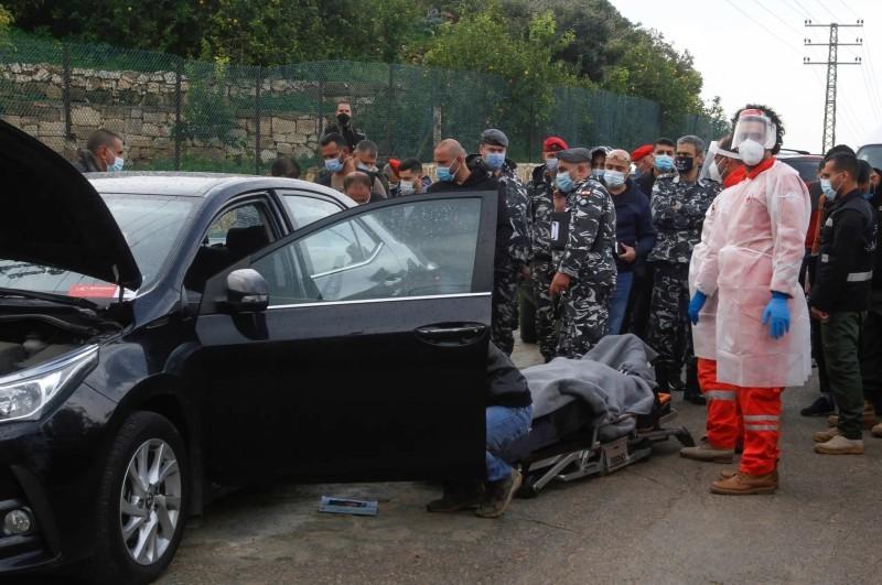 نقل جثة لقمان سليم من موقع الحادثة (وكالات)