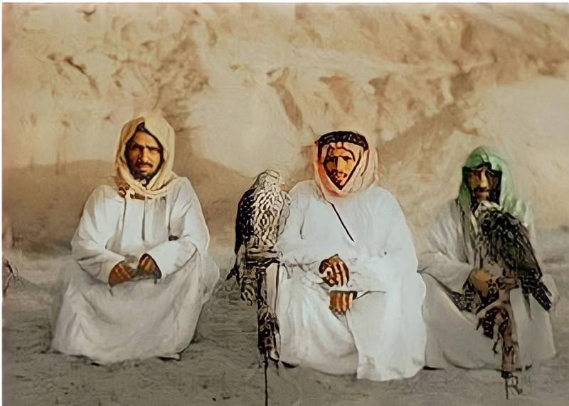 بن رمثان (إلى اليسار) مع رفاقه بالقرب من وادي الدواسر عام 1935.
