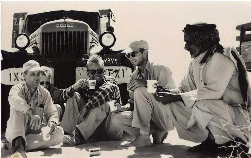 بن رمثان في جلسة استراحة في الصحراء السعودية مع مهندسي النفط الأمريكيين.