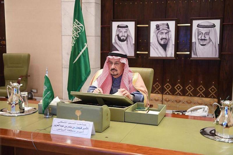 الأمير فيصل بن بندر خلال ترؤسه -عبر الاتصال المرئي- الاجتماع الثاني لمحافظي المنطقة.