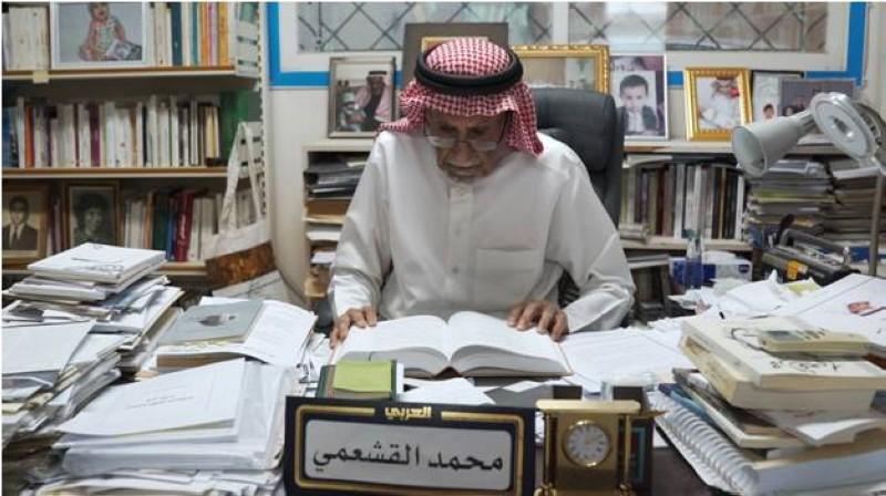 القشعمي في مكتبته وسط أكوام كتبه وأوراقه.