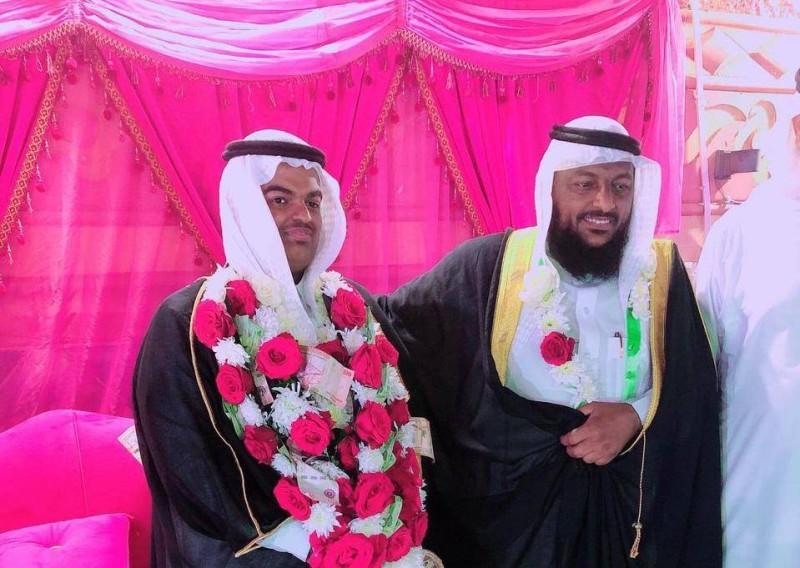 العريس مع والده.