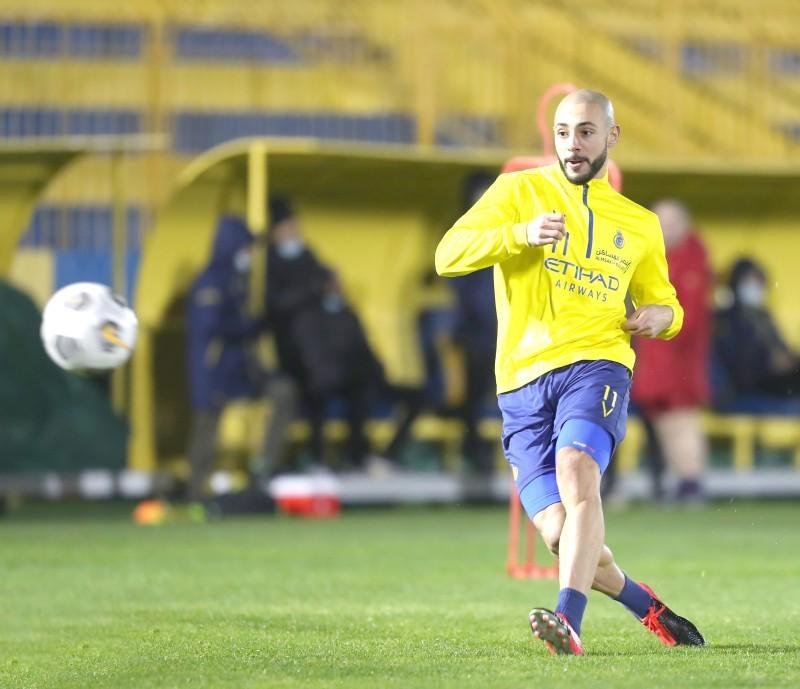 لاعب النصر إمرابط يستعرض مهاراته في تدريب أمس.
